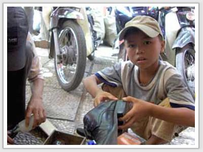 Những đứa trẻ bỏ học chữ để đi đánh giày