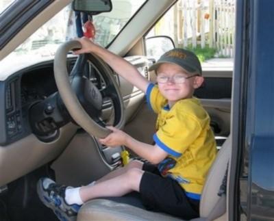 Trẻ 5 tuổi được học lái xe hơi