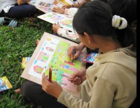 Trẻ em đường phố thi vẽ tranh an toàn giao thông