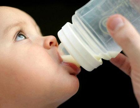 Sữa mẹ để tủ lạnh qua đêm, có nên dùng?