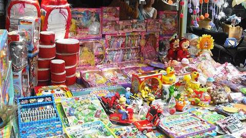 Nhiều đồ chơi được bày bán không có tem quy chuẩn chất lượng.