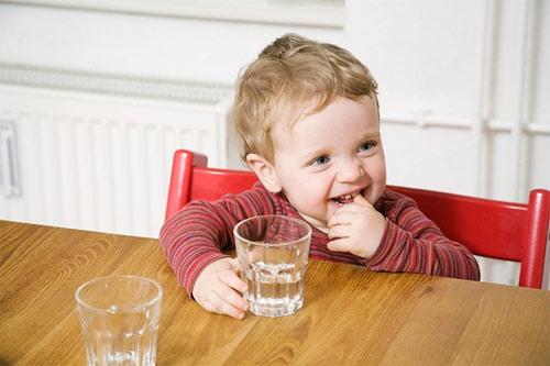 Sai lầm khi cho bé uống nước ngày hè