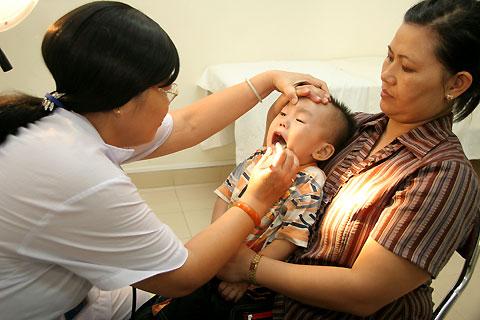 Biến chứng của viêm đường hô hấp trên - Chăm sóc bé - Bệnh về đường hô hấp ở trẻ em