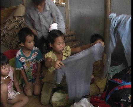 Được tặng quần áo bọn trẻ vui mừng lắm.