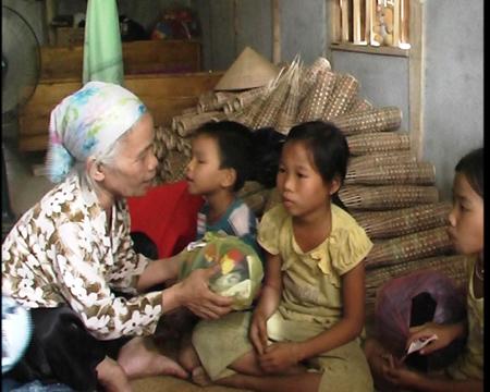 Bà Thừa tặng quần áo cho cháu Chinh và những đứa trẻ trong thôn