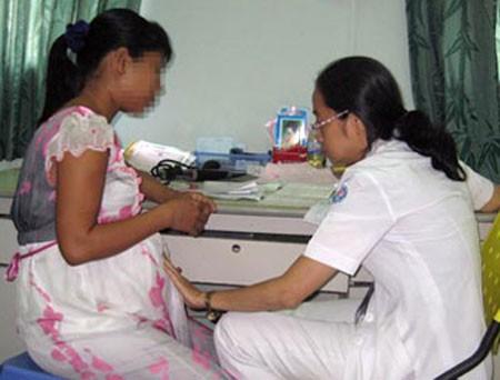 Bác sĩ đang khám cho thai phụ