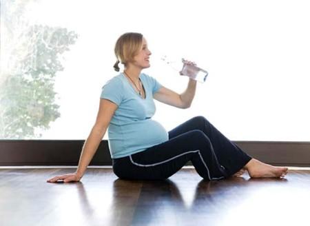 Uống nhiều nước rất tốt cho thai phụ