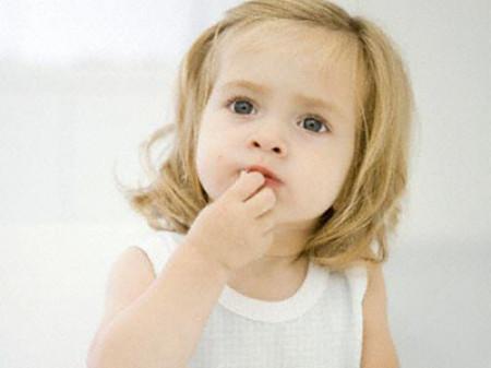 Nếu trẻ có những dấu hiệu bất thường, cần đưa trẻ đi khám bác sĩ chuyên khoa