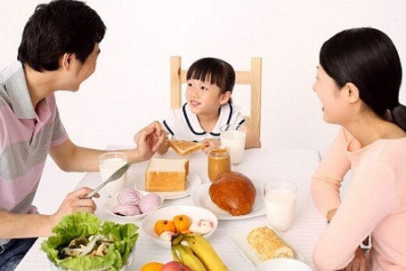 Hãy giúp trẻ tạo thói quen ăn uống tốt hơn