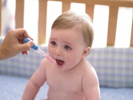 Cần mềm mỏng, kiên trì thuyết phục trẻ uống thuốc