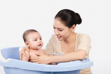 Tắm cho bé thường xuyên để ngăn ngừa các bệnh ngoài da