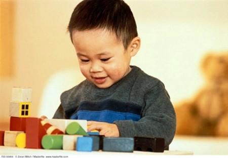 Xếp hình là một trong những trò chơi rèn luyện tính kiên nhẫn cho trẻ.
