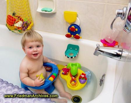 Tắm là hoạt động yêu thích của bé