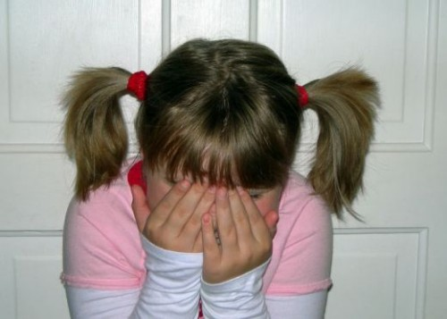 Một trong những biểu hiện trầm cảm ở trẻ nhỏ là thích nhổ tóc