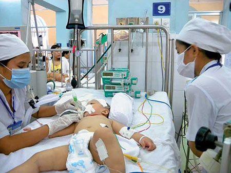 Điều trị cho bệnh nhi tay chân miệng tại Bệnh viện Nhi đồng 2 (TP.HCM).