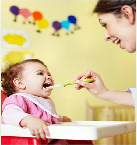 Cho bé ăn là việc không đơn giản