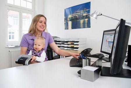 Những bà mẹ sớm đi làm sau khi sinh thì con lại có sự cân bằng về tinh thần tốt hơn