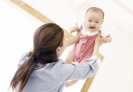 Nói chuyện với bé từ sớm giúp bé nhanh phát triển ngôn ngữ