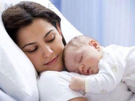 Mẹ và bé không nên nằm phòng kín sau khi sinh