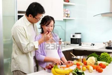 Bà bàu nên ăn hoa quả nhiều Vitamin C.