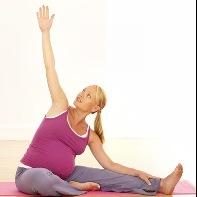 Bạn nên chọn những môn thể thao nhẹ nhàng không mất sức lực như đi bộ, tập yoga hoặc tham gia một lớp học thể thao trước khi sinh.