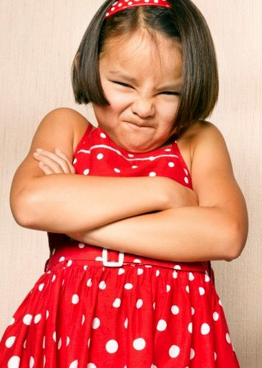 Đối với một số trẻ, được thể hiện thái độ trịch thượng, hống hách là một cách để thu hút sự chú ý.