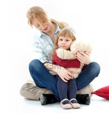 Bé gái thường có xu hướng sợ sệt và xuất hiện cảm giác bất an nhiều hơn bé trai.