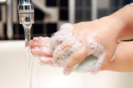 Rửa tay bằng xà phòng diệt khuẩn là biện pháp để bảo vệ sức khỏe cả gia đình
