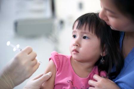 Tiêm vaccine là biện pháp hữu hiệu giúp trẻ phòng ngừa các chứng bệnh nguy hiểm.