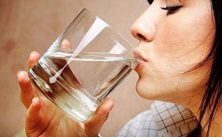 Nên uống nước đun sôi để nguội và uống chậm dãi vào buổi sáng sớm