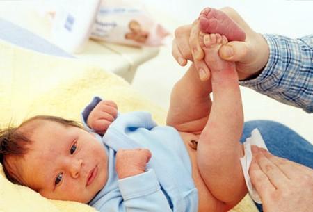 Cần cẩn trọng khi vệ sinh và vệ sinh cẩn thận cho bé