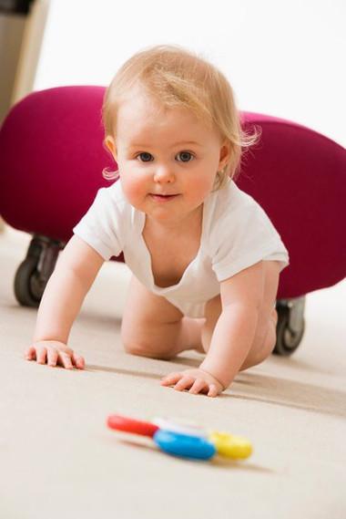 Tập trườn, bò giúp trẻ vận động toàn bộ cơ thể.