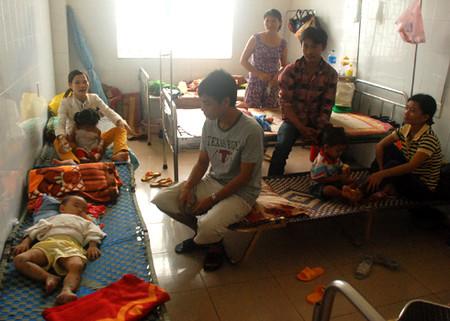 Khoa Nhi, Bệnh viện đa khoa Quảng Ngãi quá tải với nhiều trẻ mắc bệnh tay chân miệng nhập viện.
