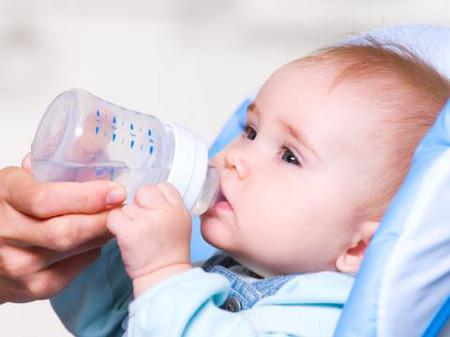 Trẻ ở độ tuổi dưới 12 tháng không nên bổ sung quá nhiều nước.