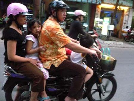 Hãy chú ý đảm bảo an toàn cho trẻ khi đi xe máy