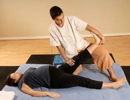Theo các chuyên gia, thai phụ có thể nhờ chồng mát xa trước khi ngủ sẽ rất có ích trong việc kéo giấc ngủ đến nhanh.