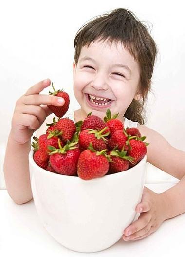 Nên cho trẻ ăn hoa quả phù hợp với độ tuổi, thể chất và không nên coi như có thể thay thế cho rau xanh
