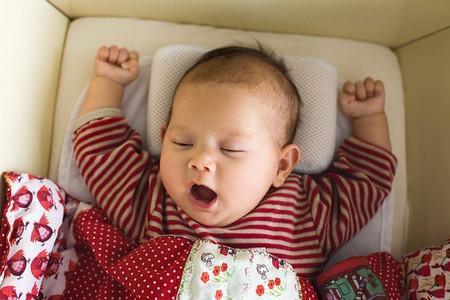 Không nên để bé nằm một tư thế quá lâu vì như vậy dầu của bé dễ bị méo.