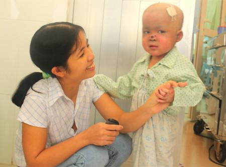Sau ca phẫu thuật ghép tế bào gốc từ tủy xương, những tổn thương da do bệnh ly thượng bì bọng nước của bé Việt Anh đã lành dần.