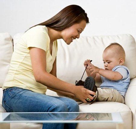 Không nên cho trẻ đi giầy trước khi bé biết đi, sau đó thì cũng chỉ nên đì giầy khi cần thiết