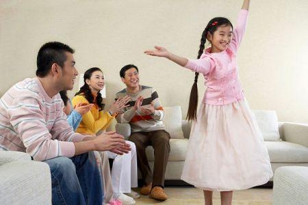 Khen thưởng con đúng cách khuyến khích trí tuệ của trẻ