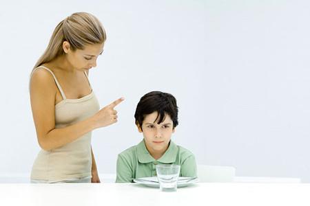 Khi dọa con, vô hình chung bạn đã hình thành nên trong trẻ tính chống đối và phản kháng.