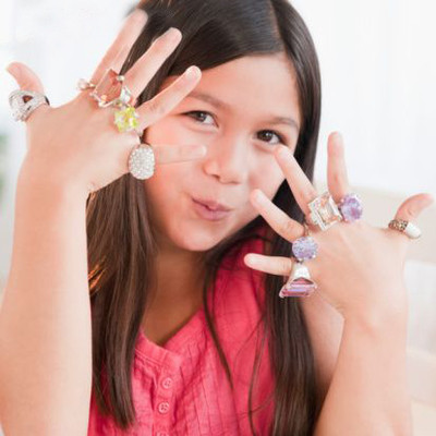 Phụ huynh cần chú ý đến vấn đề an toàn khi phục sức cho trẻ