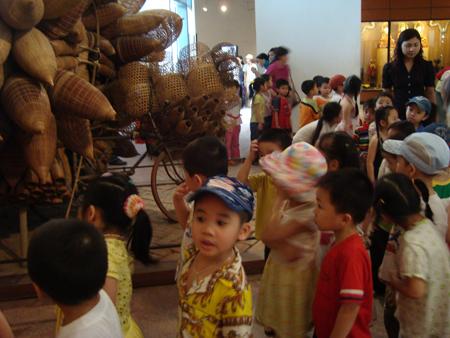 Tham quan bảo tàng là một cách để giúp làm giàu trí tưởng tượng cho trẻ