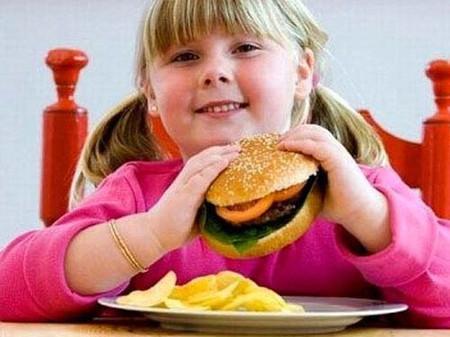 Cần duy trì chế độ ăn uống, sinh hoạt hợp lý để ngăn ngừa tình trạng béo phì ở trẻ