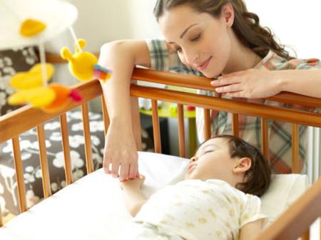 Bé bị mồ hôi trộm do nhiều nguyên nhân khác nhau và thường xuất hiện khi bé ngủ