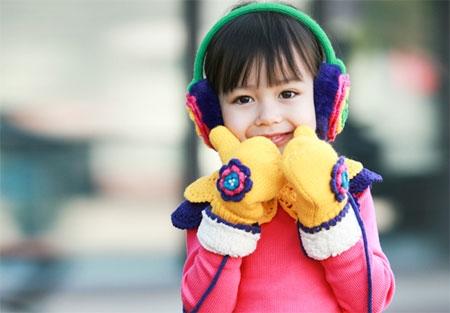 Bạn không nên cho trẻ mặc quần áo quá cứng bởi quần áo quá cứng sẽ làm da bé bị tổn thương thêm khi cử động.