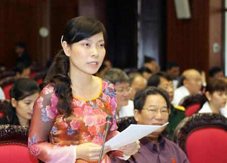 Đại biểu nữ đề nghị nâng tuổi nghỉ hưu cho lao động nữ tại nghị trường.