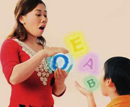 Cha mẹ cần kiên trì giúp trẻ phát âm đúng trong những năm tháng bé tập nói và tập giao tiếp