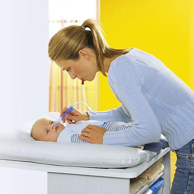 Vệ sinh mũi thật sạch cho bé sẽ giúp thuốc nhỏ mũi ngấm tốt hơn